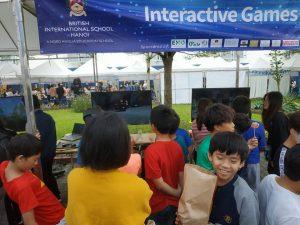 Mọi người chơi Game VR tại sự kiện
